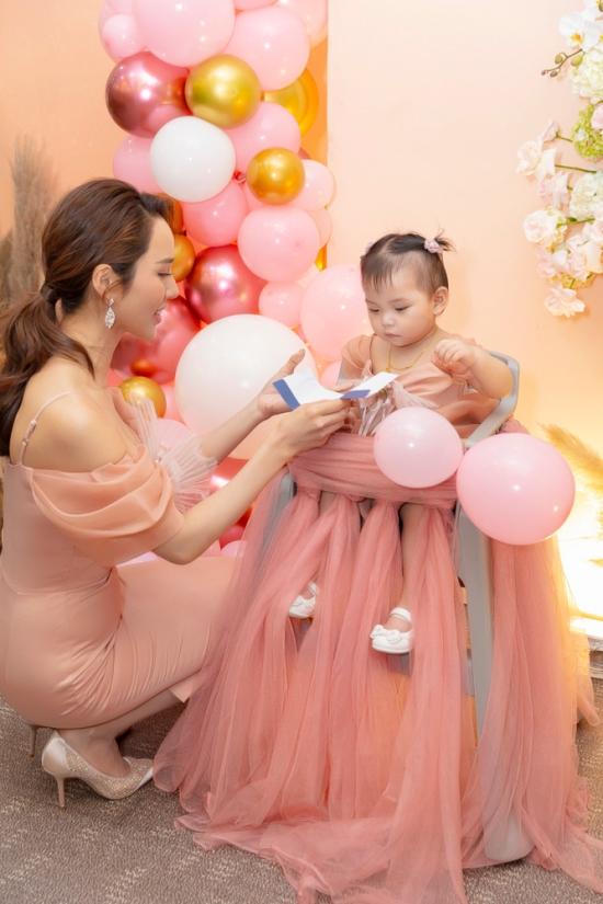 Kim Cương đảm nhận chính việc chăm sóc ba con. Ngoài ra, cô còn phụ trách quản lý công việc nghệ thuật, sản xuất các dự án web-drama thời gian qua.