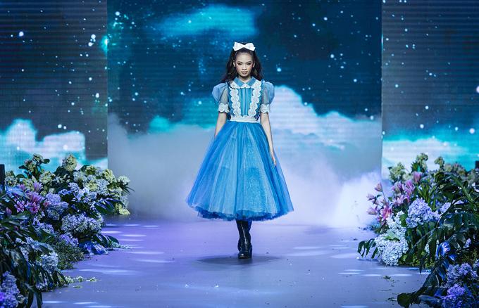 Mẫu nhí Bảo Hà xuất hiện ở vị trí mở màn sưu tập The Princess của Nguyễn Minh Công. Cô bé 11 tuổi từng là nàng thơ thể hiện nhiều mẫu váy áo của Top 5 Project Runway Vietnam 2014. Bảo Hà được khen chững chạc, chuyên nghiệp và tự tin trên sàn diễn.