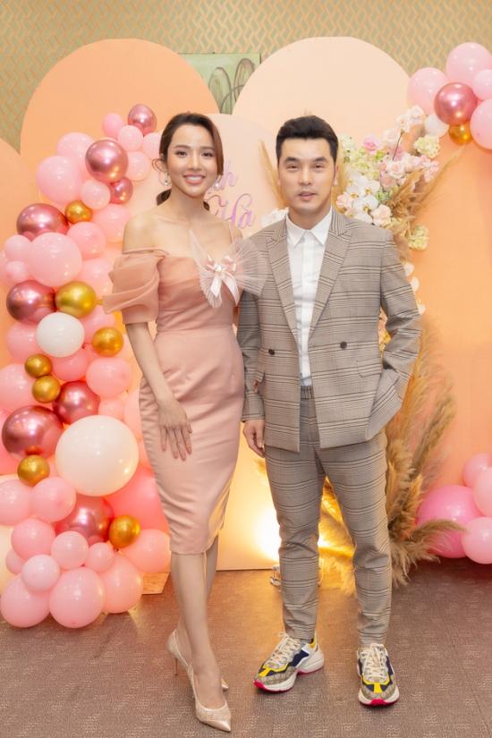 Kim Cương chọn váy của NTK Phạm Đăng Anh Thư tôn ngoại hình gái ba con.