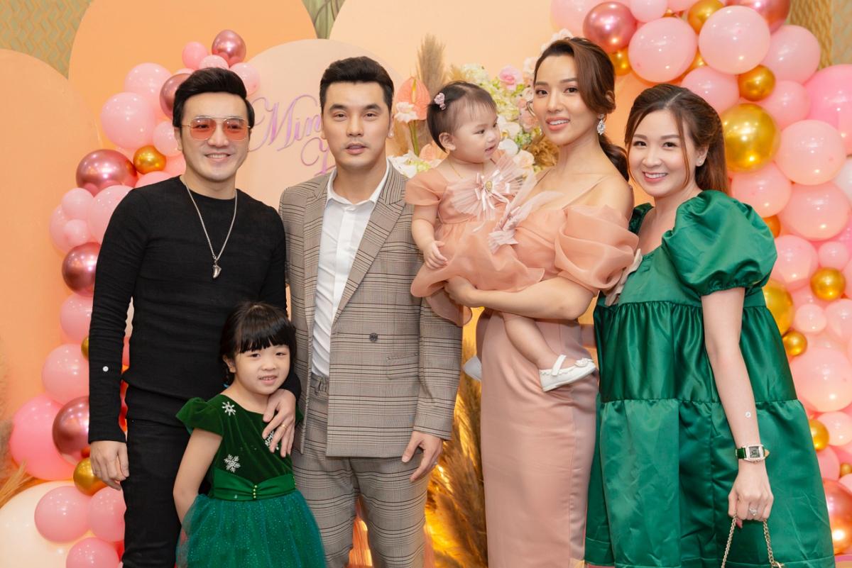 Vợ chồng Dương Ngọc Thái đưa con gái đi dự tiệc.
