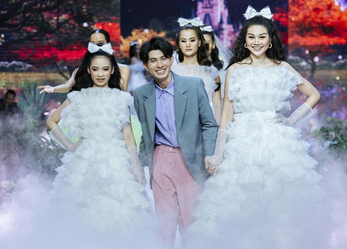 Kết màn, mẫu nhí thay trang phục giống đàn chị Thanh Hằng, đưa tác giả sưu tập ra chào khán giả. Cô bé rất hạnh phúc vì được diện đồ đôi, đứng chung sân khấu với siêu mẫu nổi tiếng.