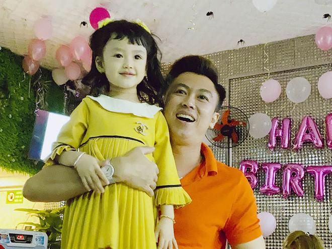 Hồ Việt Trung và con gái.