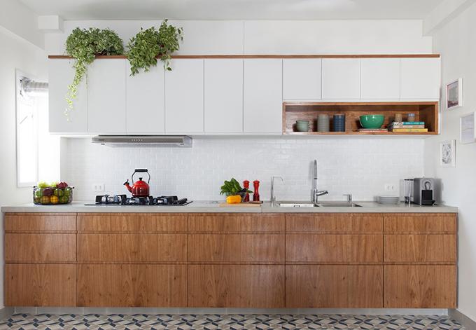 Bếp có hệ tủ gọn gàng, giúp tối ưu diện tích lưu trữ đồ đạc.
