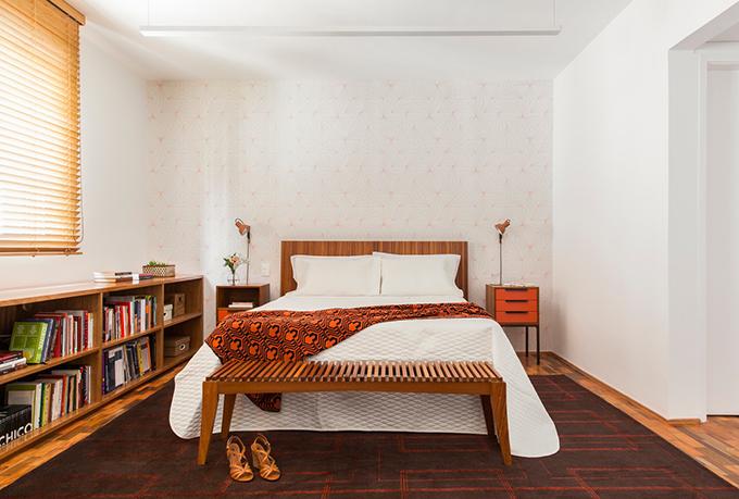 Gia chủ muốn phá bỏ phòng ngủ thứ hai để căn hộ thêm rộng rãi. Lúc đầu, nhóm KTS dự định ghép không gian này với phòng khách, tuy nhiên, kết cấu cột xi măng làm cho việc sửa đổi không thể được thực hiện. Do đó, nhóm đã ghép cả hai phòng ngủ thành một.