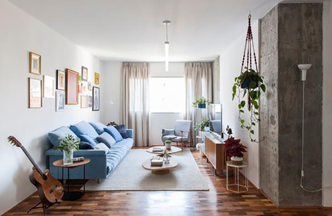 Bảng màu của phòng khách liên quan tới bếp thông qua các vật dụng màu xanh lam như ghế bành, kệ, bộ sưu tập tranh treo tường. Sàn lát gỗ đáp ứng mong muốn của cặp vợ chồng.