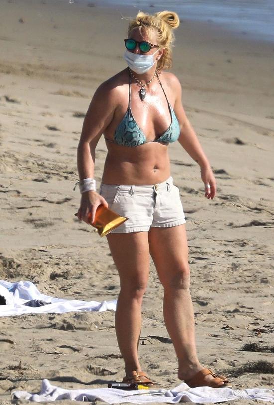 Britney Spears ra biển hít thở không khí trong lành vào ngày thu nắng ấm. Cô mặc bikini kết hợp với quần short.