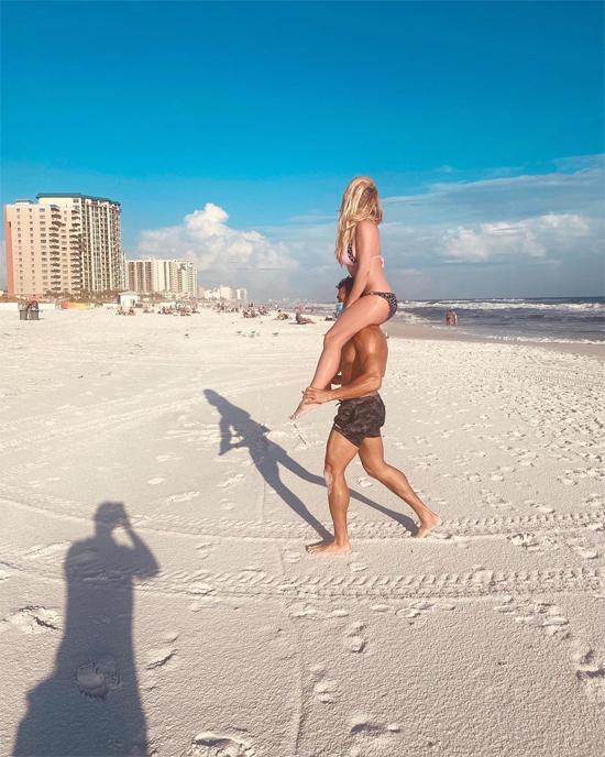Hai ngày trước đó, Sam Asghari đưa Britney đi tắm biển. Nữ ca sĩ chia sẻ bức ảnh bạn trai kiệu mình trên Instagram. Britney và Sam cũng mới có chuyến du lịch tới Hawaii vào đầu tháng 10.