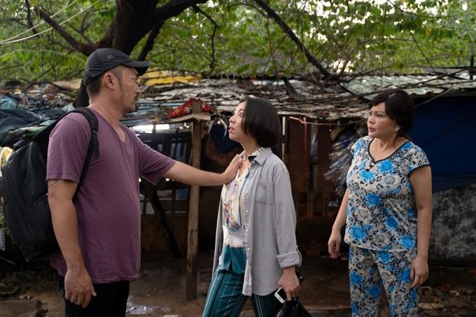 Thu Trang la làng vì hiểu nhầm bị Tiến Luật sàm sỡ trong phim Chuyện xóm tui.