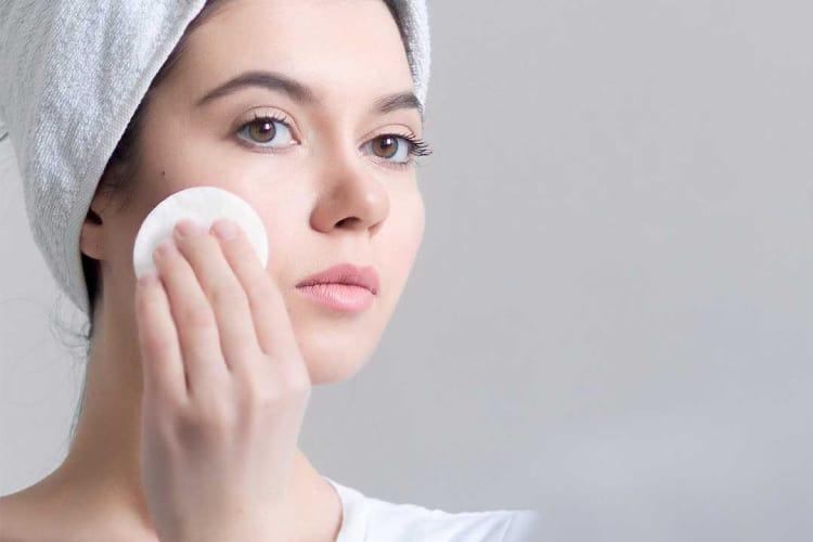Nước muối sinh lý được khuyến khích sử dụng sau khi phẫu thuật, trị liệu da.