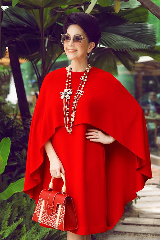 Chiếc váy phom rộng được tạo điểm nhấn bằng phần áo choàng cape mềm mại ở vai, đem lại nét thanh lịch, duyên dáng cho người mặc.