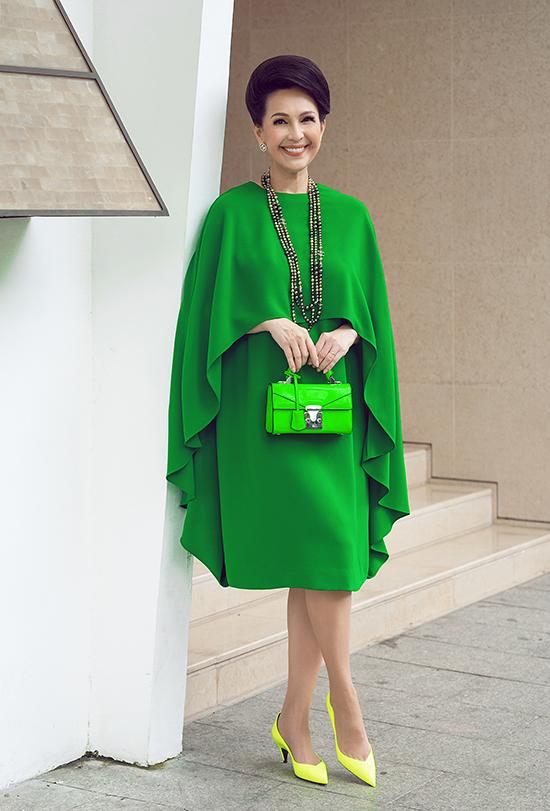 Phiên bản màu xanh lá nổi bật được Diễm My kết hợp cùng túi Stalvey, trang sức Chanel, kính và giày Saint Laurent.