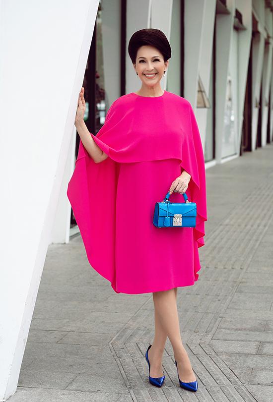 Còn với đầm hồng fuchsia, người đẹp 6X chọn sắc xanh cobalt của túi Stalvey và giày Saint Laurent để hoàn thiện tổng thể.