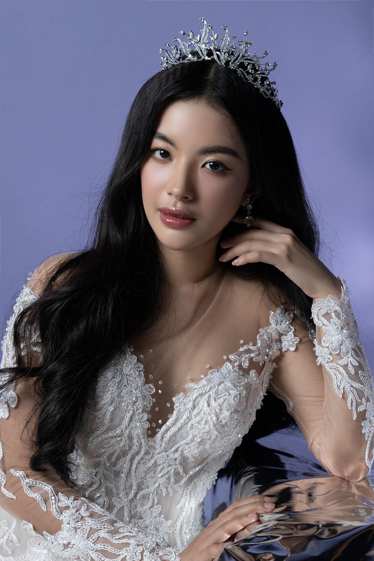 Phụ kiện Swarovski: Emily Q. Việt Nam; Model: Nguyễn Phúc Ngọc Hạ; Photographer: Trương Quý Trung; Costume: Canary Wedding Studio.