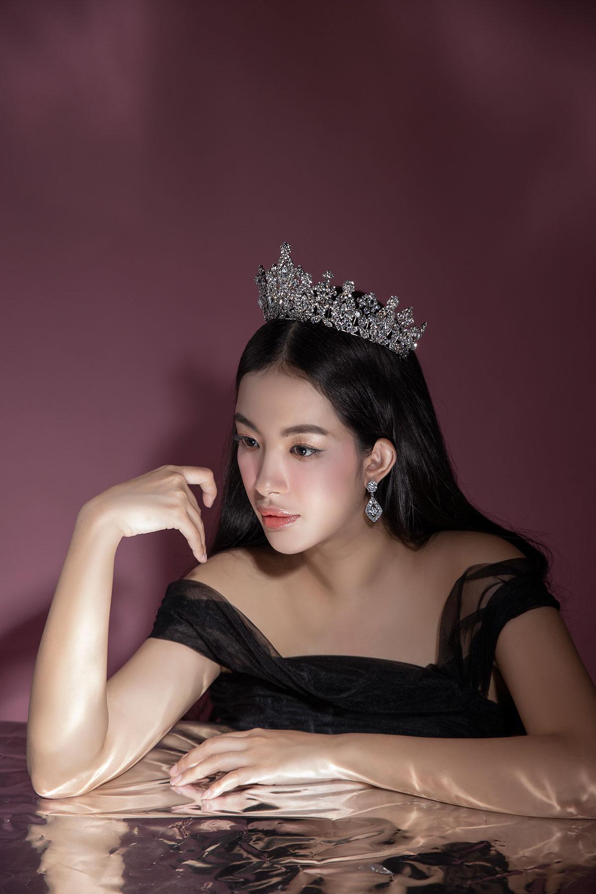Vương miện Swarovski Majesty Crown thể hiện đẳng cấp quyền lực của một nữ hoàng.