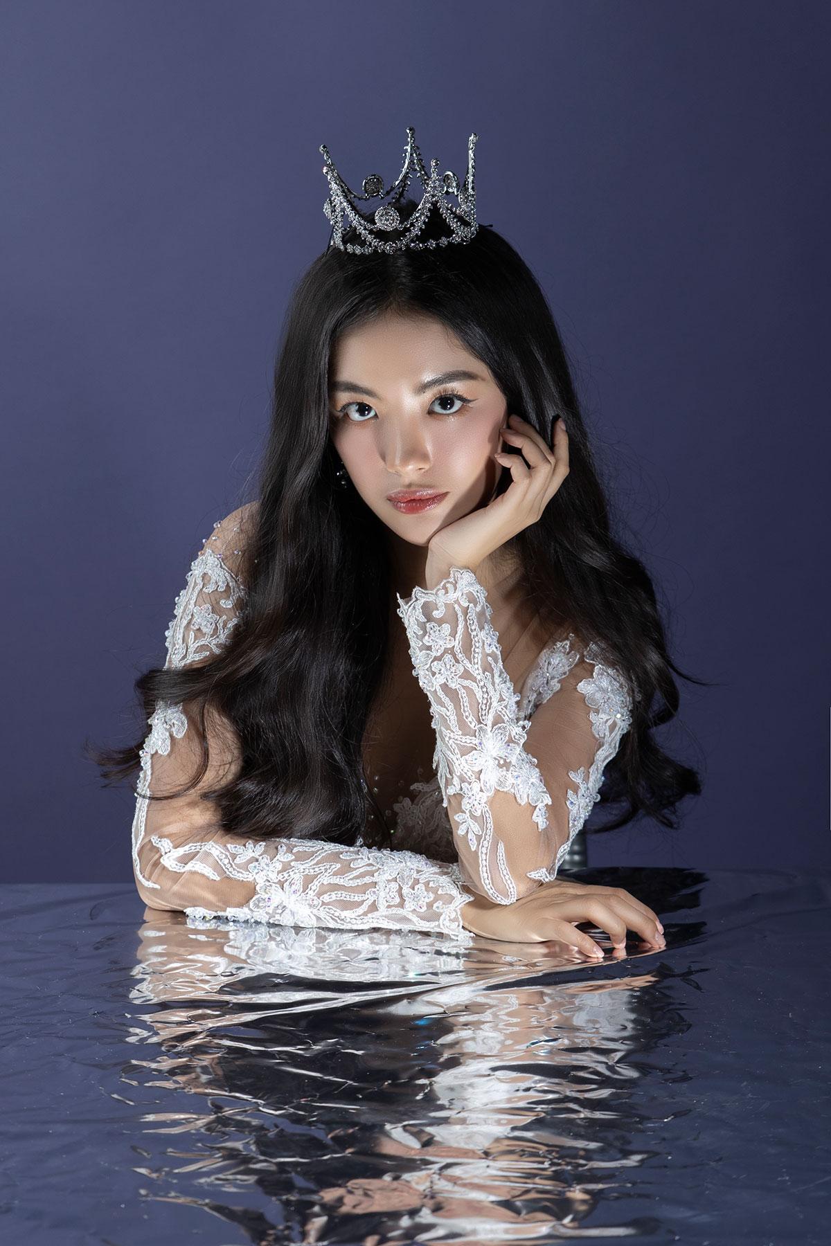 Với form dáng nhỏ xinh, vương miện Swarovski Little Princess Crown dễ dàng phù hợp với nhiều kiểu váy cưới và các phong cách trang điềm khác nhau.