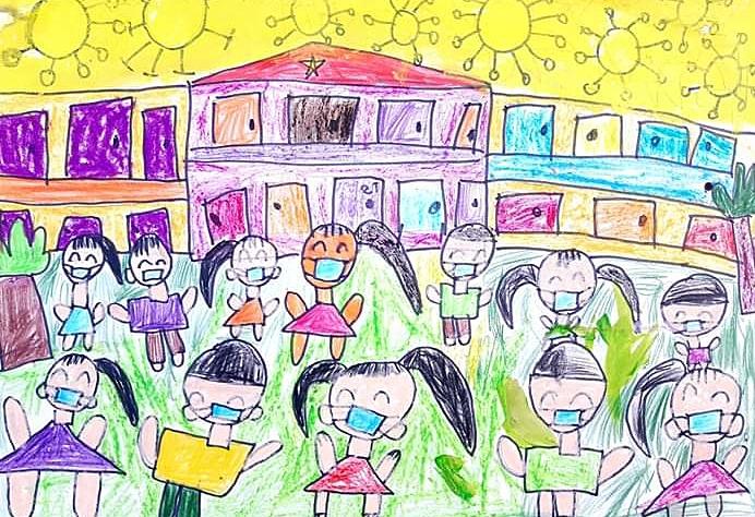Phương Chi (5 tuổi) vẽ cảnh các bạn đeo khẩu trang đến trường để không bị lây nhiễm nCoV. Ngôi trường an toàn sẽ giúp bé vui học, không lo lắng dịch bệnh.