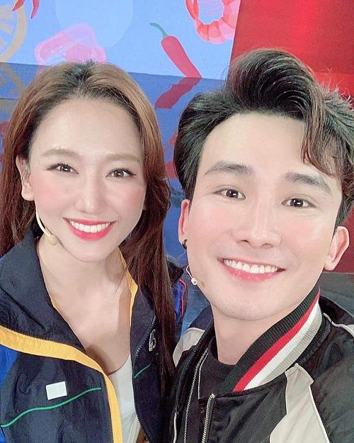Trong ảnh selfie cùng Chí Thiện, Hari Won bị chê make up quá đậm khiến cô trông già hơn.