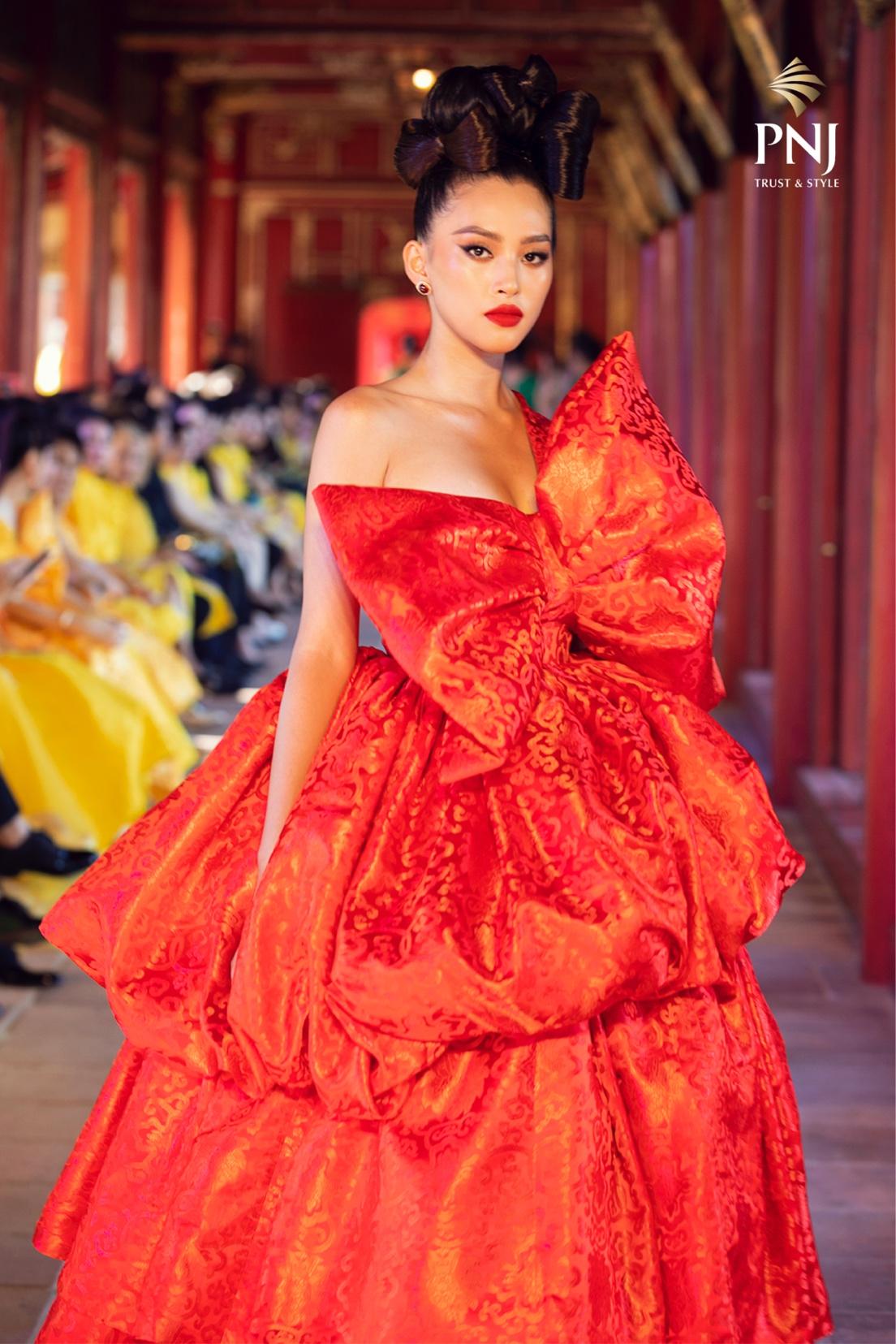 Hoa hậu Tiểu Vy xuất hiện với tạo hình tóc búi cao và trang điểm đậm. Với kiểu tóc này, cô sử dụng bông tai đá ruby của PNJ sang trọng nhưng vẫn giữ nét hoài cổ của người phụ nữ Á Đông.