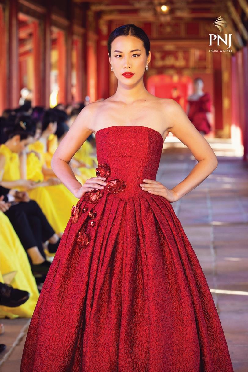 Song hành với các thiết kế trang phục mang chất liệu văn hóa truyền thông, loạt trang sức trong show diễn cũng được lựa chọn kỹ lưỡng để đáp ứng đúng tiêu chí thể hiện nét văn hóa Việt Nam.