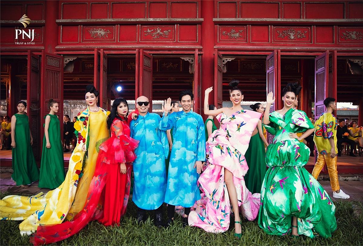 Để thể hiện thành công sự hài hòa chất liệu văn hóa truyền thống với thời trang hiện đại, các nhà thiết kế đã cách tân phom dáng cổ điển để tăng tính ứng dụng cho trang phục, dễ mặc và bắt kịp xu hướng đương thời.