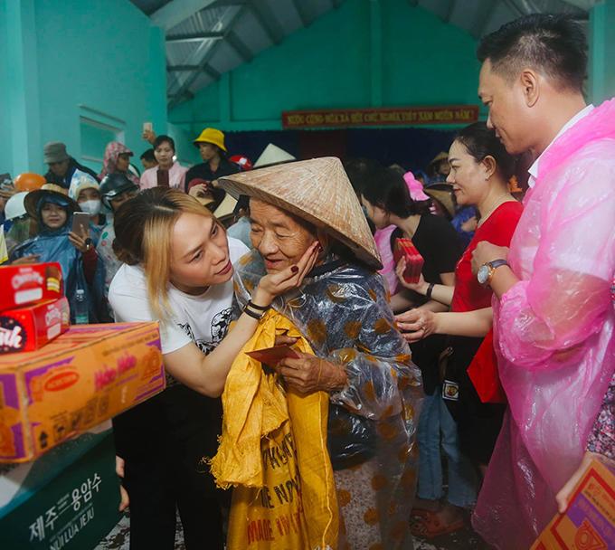 Hình ảnh gần gũi của ca sĩ Mỹ Tâm khi đi làm từ thiện ở Quảng Nam.