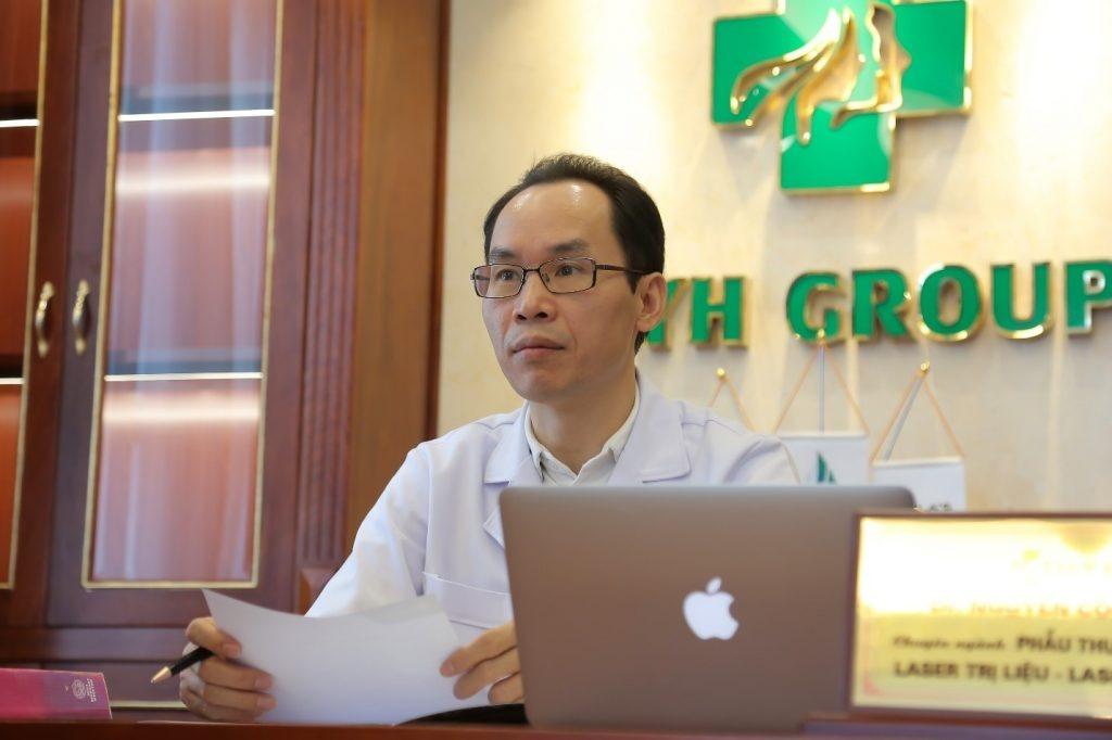 Bác sĩ Nguyễn Công Hân từng có nhiều năm tu nghiệp tại Mỹ, Hàn Quốc và là người đi đầu phương pháp trẻ hóa thông qua việc căng da mặt bằng chỉ không tiêu Mỹ.