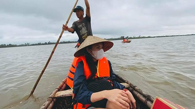 Thủy Tiên ngồi thuyền để mang đồ cứu trợ đến cho người dân.