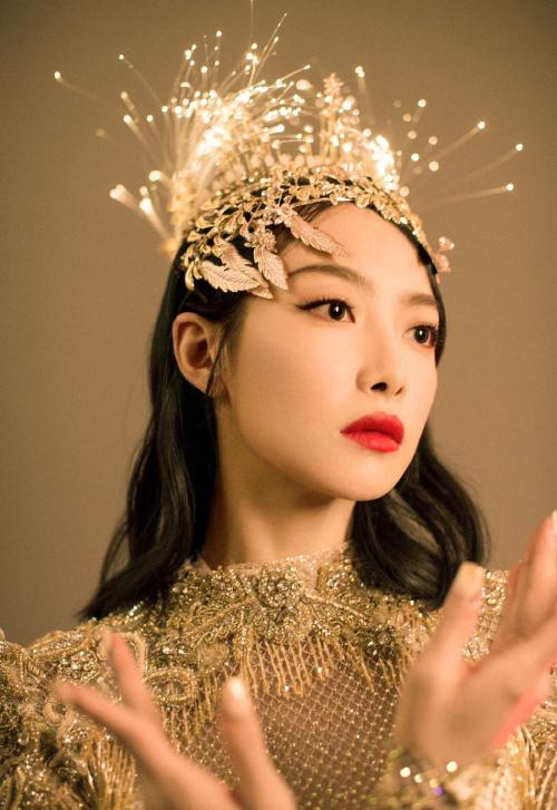 Victoria Song mặc váy Kim Ưng 30 kg lên thảm đỏ - 8