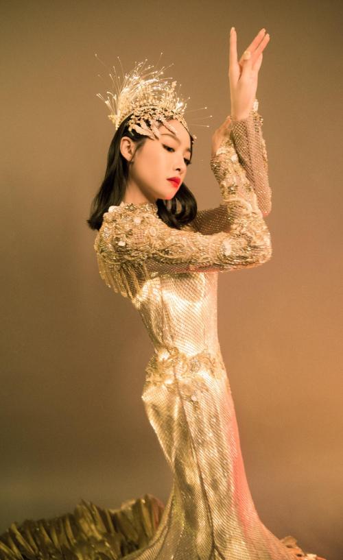 Victoria Song mặc váy Kim Ưng 30 kg lên thảm đỏ - 12