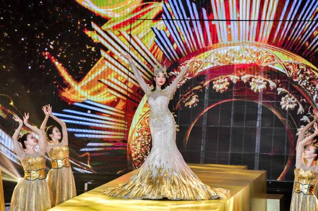 Victoria Song mặc váy Kim Ưng 30 kg lên thảm đỏ - 4