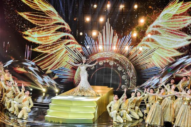 Victoria Song mặc váy Kim Ưng 30 kg lên thảm đỏ - 6