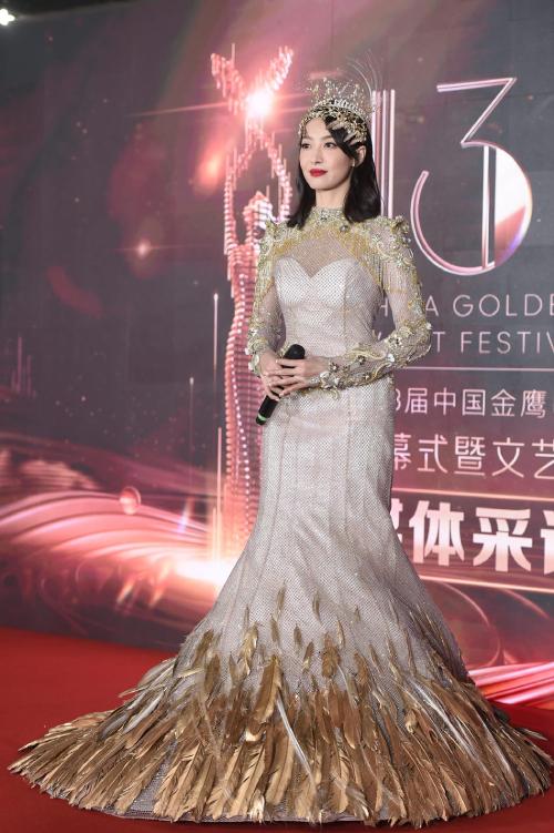 Victoria Song mặc váy Kim Ưng 30 kg lên thảm đỏ