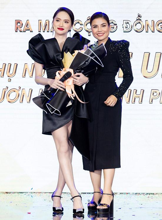 Hương Giang diện cây đen khoe làn da trắng khi dự sự kiện ra mắt chương trình vì cộng đồng Phụ nữ get up - Vươn lên vì hạnh phúc do doanh nhân Hoàng Thúc Diễm (phải) - đại diện một thương hiệu mỹ phẩm tổ chức.