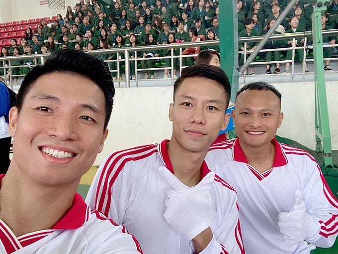 Cầu thủ Bùi Tiến Dũng, Quế Ngọc Hải, Trọng Hoàng selfie khi có mặt tại trường Đại học Sư phạm Thể dục Thể thao Hà Nội để giao lưu với các tân sinh viên.