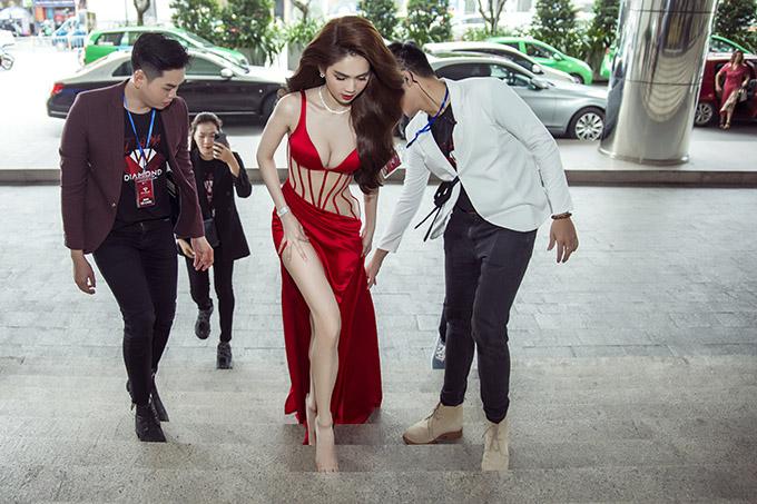 Nữ người mẫu được các cộng sự giúp nâng váy, bảo đảm an toàn khi bước trên những bậc cầu thang.