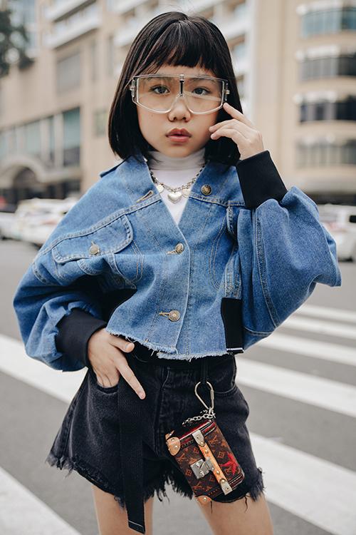 Ngoài khả năng catwalk điệu nghệ, Khánh An còn luôn gây ấn tượng về phần tạo dáng, thể hiện thần thái khi tham gia chụp ảnh thời trang.