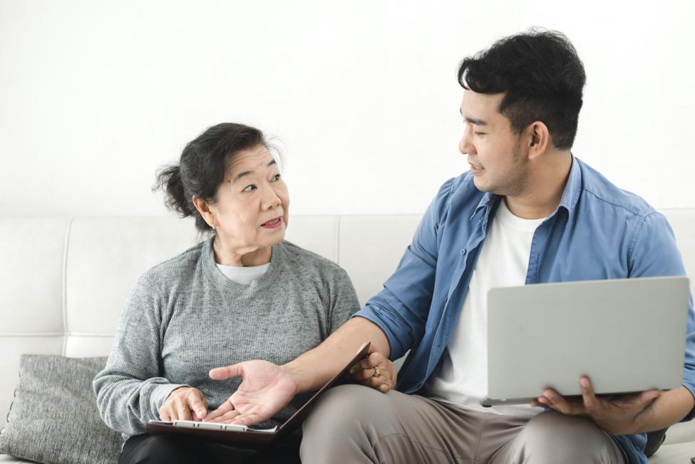 Mẹ thường từ chối khi nhận quà từ các con vì không muốn con tốn kém. Ảnh: Shutterstock.