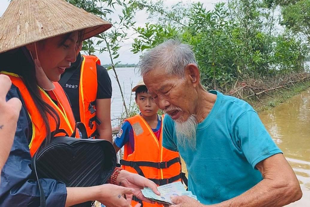 Thủy Tiên hiện quyên góp được hơn 40 tỷ đồng và nỗ lực cứu trợ bà con miền Trung.