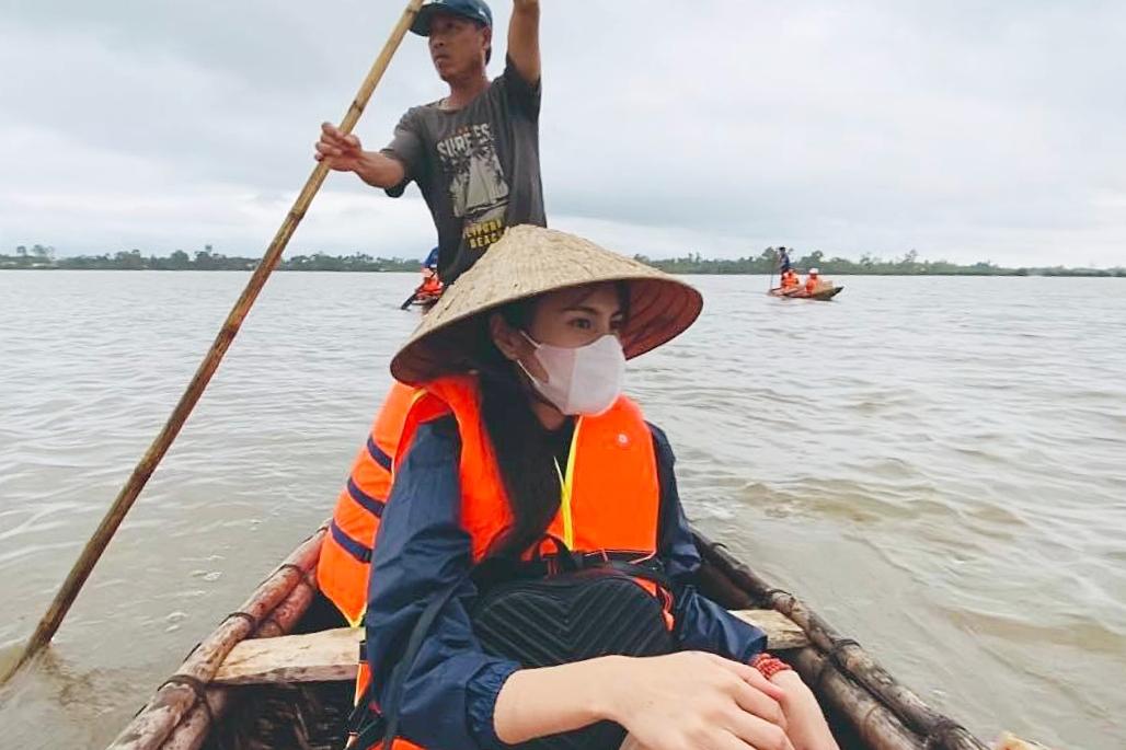 Thủy Tiên ngồi xuồng để tiếp cận nhà dân bị ngập nặng.