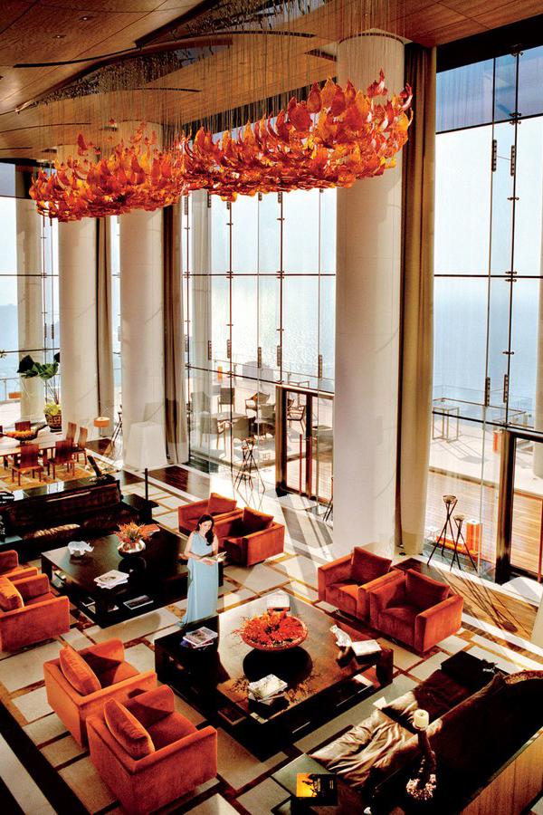 Bà Nita sống trong că nsiêu biệt thự đắt nhất thế giới với chi phí xây dựng 1 tỷ USD và cần 600 nhân viên vận hành. Căn siêu biệt thự này cao 174 m với 27 tầng, diện tích sàn hơn 37.000 m2, có 3 bãi đỗ trực thăng, nhà hàng, khu trượt tuyết bên trong. Nội thất bên trong căn siêu biệt thự này do bà Nita đích thân chọn lựa và đến từ những nhãn hàng cao cấp nhất thế giới. Bà từng gây đặt 25.000 bộ đồ ăn của hãng Noritake (Nhật Bản) từ nhà máy ở Sri Lanka. Mỗi bộ đồ ăn này đều được phủ vàng 22 carat và cả bộ có giá lên tới 1 triệu USD, theo Economics Times. Ảnh: Vinfair.