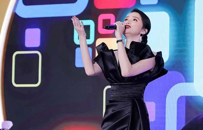Hoa hậu chuyển giới quốc tế khoe giọng hát truyền cảm và phong cách biểu diễn phiêu linh, được khán giả ủng hộ nhiệt tình.