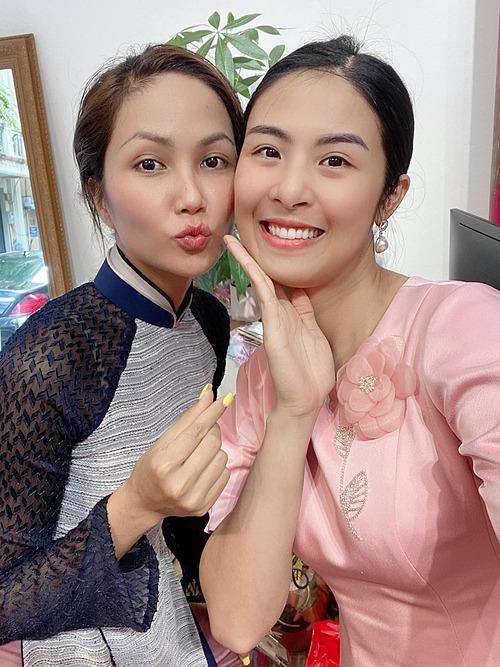Hoa hậu Ngọc Hân và HHen Niê nhí nhảnh khi cùng tham dự một chương trình vì người nghèo.