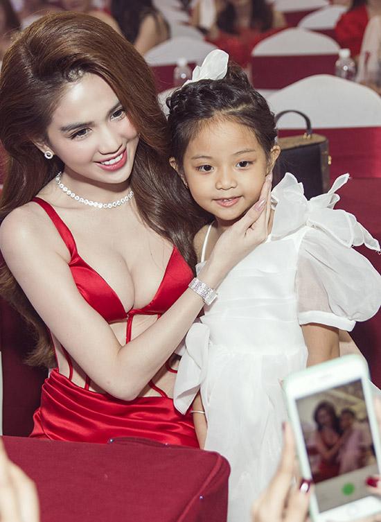 Mỹ nhân quê Trà Vinh thân thiện chụp ảnh cùng một fan nhí.