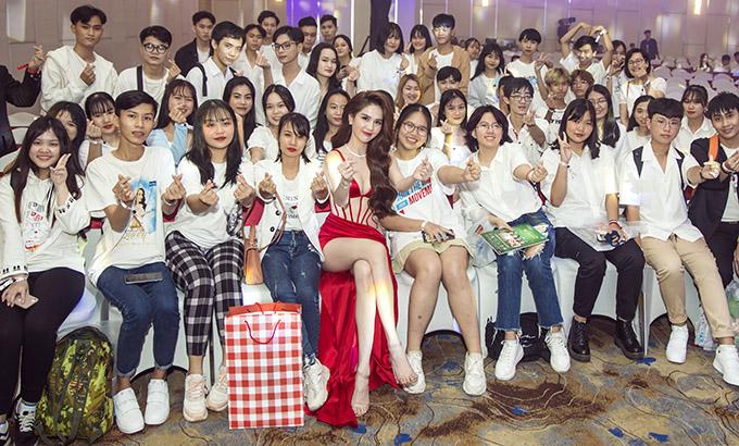 Hàng trăm bạn bè, chủ yếu là các fan tuổi teen đến chung vui, chúc mừng Ngọc Trinh kinh doanh ngày càng thành công.