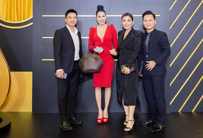 Diễn viên Phi Thanh Vân nổi bật với trang phục đỏ rực, xách túi hiệu dự event.