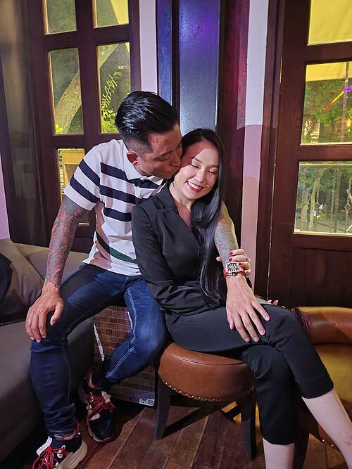 Tuấn Hưng và bà xã Thu Hương ngập hạnh phúc.