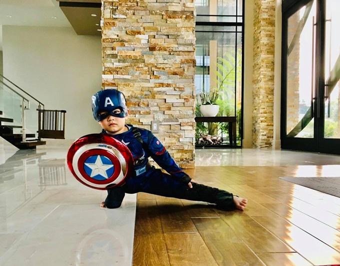 Mathis mê các hình tượng trong serie phim siêu anh hùng nên xin mẹ trang phục của Captain America.
