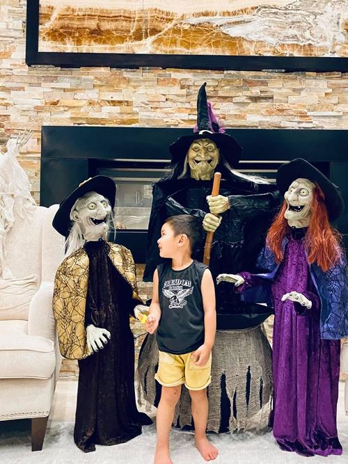 Halloween là lễ hội truyền thống của người phương Tây được tổ chức vào ngày 31/10 với ý nghĩa lấy sự hài hước và giễu cợt để đối đầu với quyền lực của cái chết. Mỗi năm vào dịp này, bé Thiên Từ đều được mẹ mua tặng bộ đồ hóa trang mô phỏng nhân vật mà bé thích nhất.