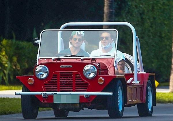 Cậu cả Brooklyn (áo trắng) đi dạo cùng bạn bè tại Florida hôm cuối tuần. Ảnh: Instagram.