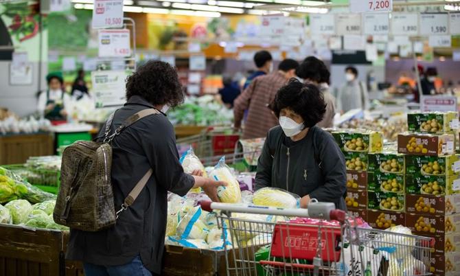 Các bà nội trợ Hàn Quốc đang chọn mua cải thảo - nguyên liệu chính làm món kim chi tại siêu thị Hanaro Mart ở Seoul. Ảnh: Bloomberg.